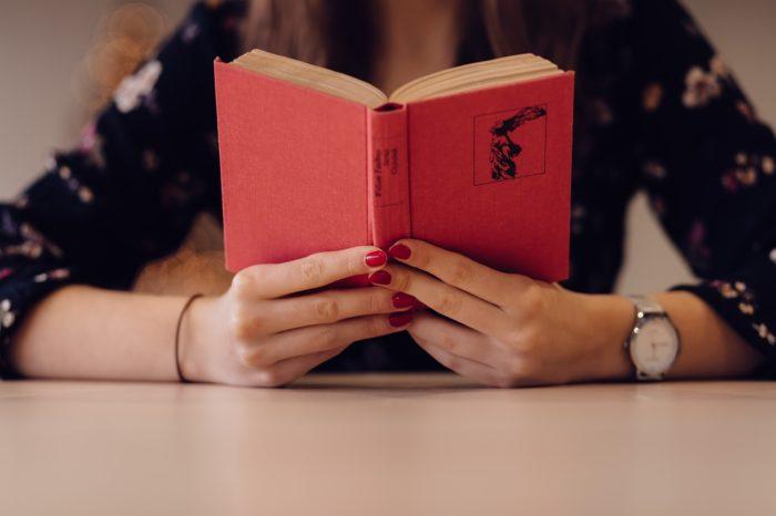 本を読んでストレス解消をする女性