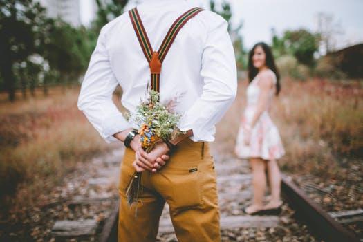 花を持った男性